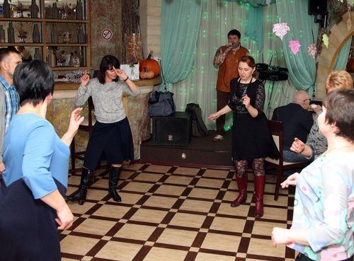 поющий ведущий танцы